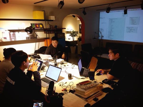 주식회사 널티 직원들이 프로그램 기획 회를 하고 있다.