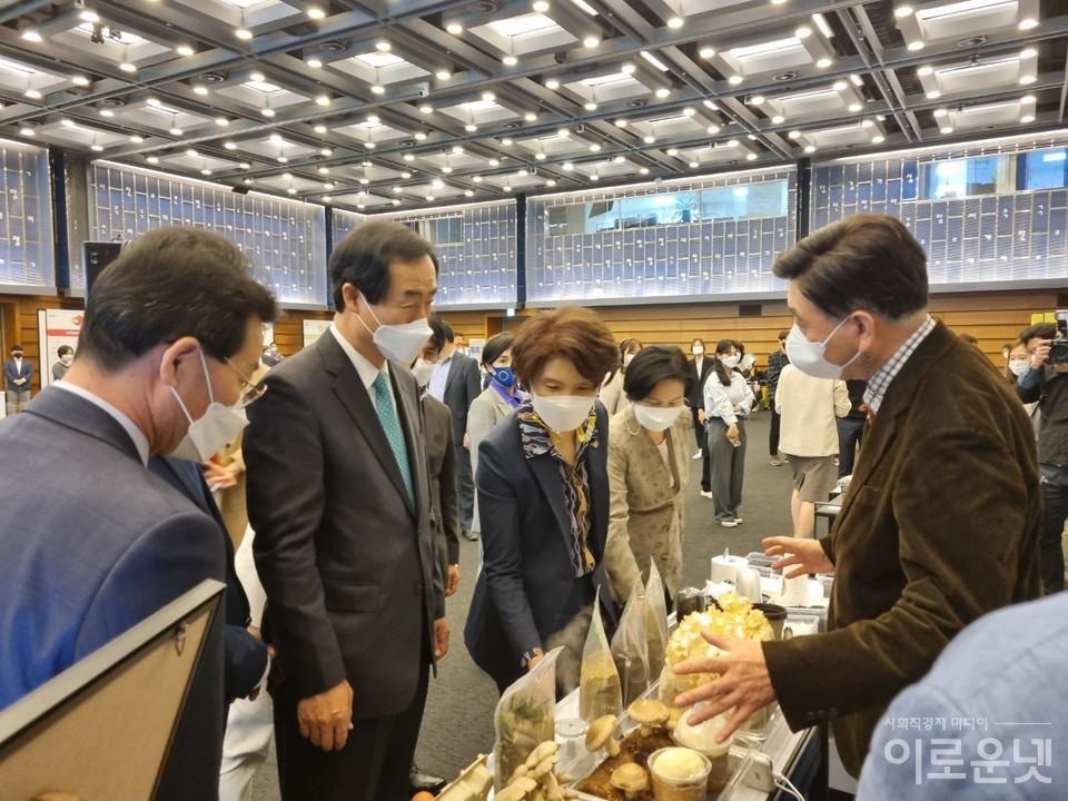한정애 환경부 장관과 문석진 서울 서대문구청장 등이 자원순환 전시부스를 둘러보고 있다.