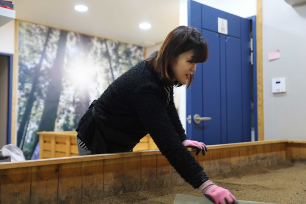효소 찜질을 정리하고 있는 홍지영 대표, 사진 제공=힐링드림협동조합