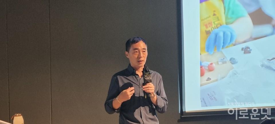 김정빈 수퍼빈 대표가 지난 1일 성수동 데어바타테에서 '버려지는 쓰레기로 브랜드의 가치를 높이는 법'을 주제로 강연하고 있다.